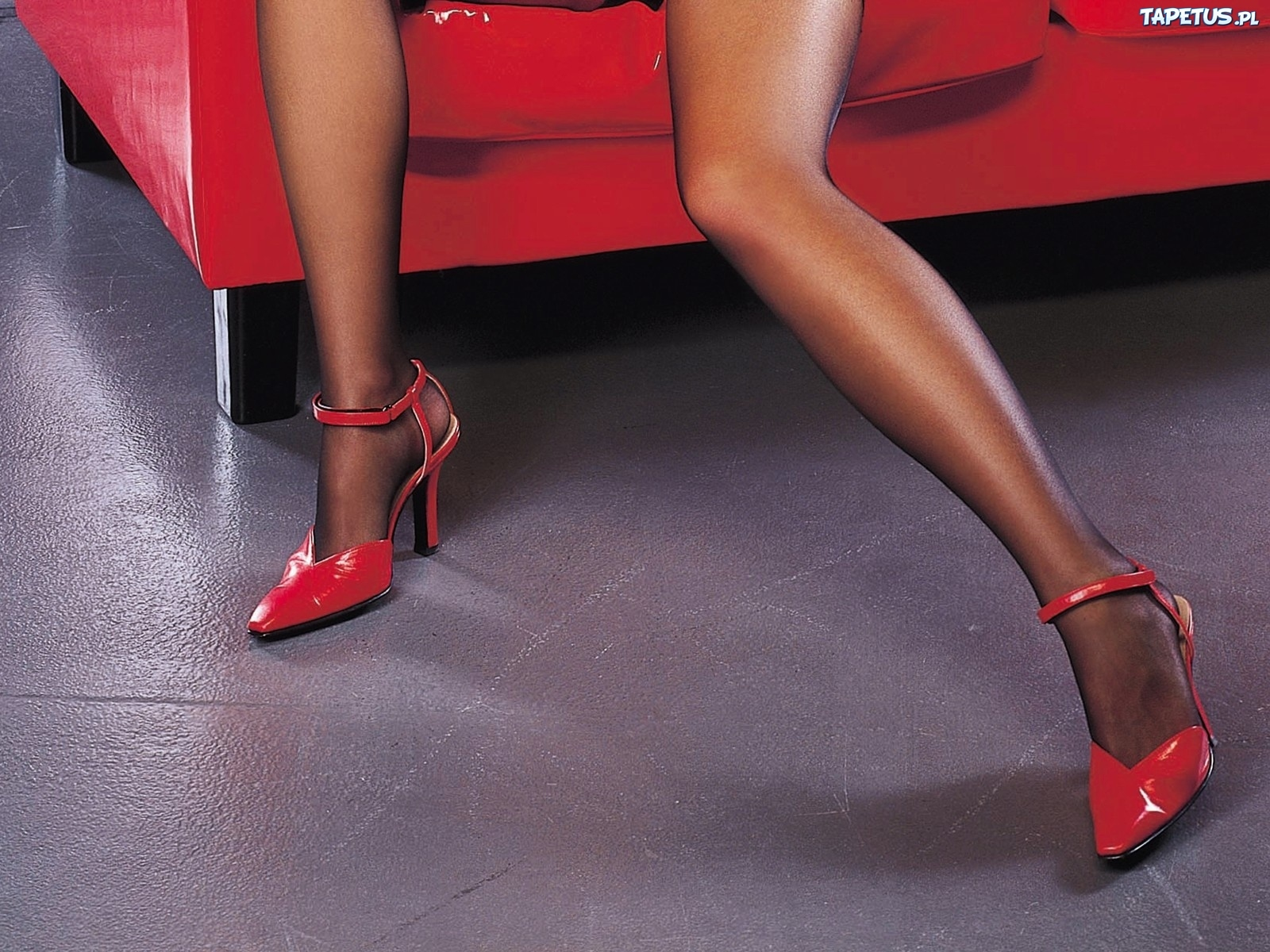 161419_kobiece-nogi-szpilki-podloga